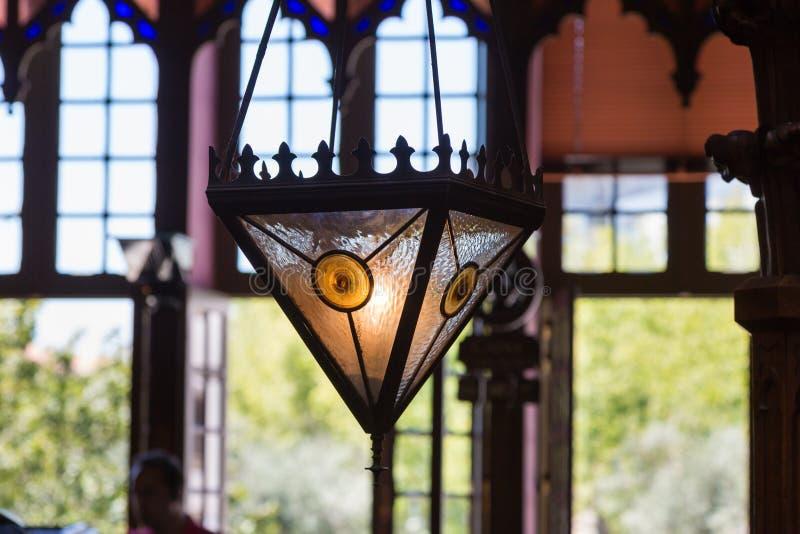 Lámpara de cristal colorida antigua en librería y Windows grande fotos de archivo