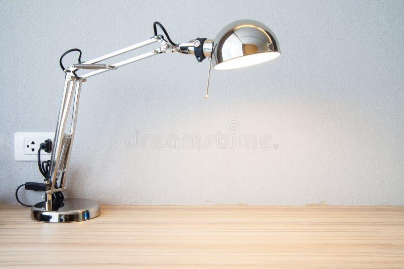 Lámpara de escritorio de la astilla en el escritorio imagen de archivo