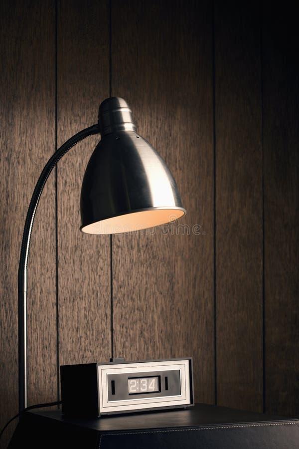 Lámpara de escritorio y reloj retro. fotos de archivo libres de regalías