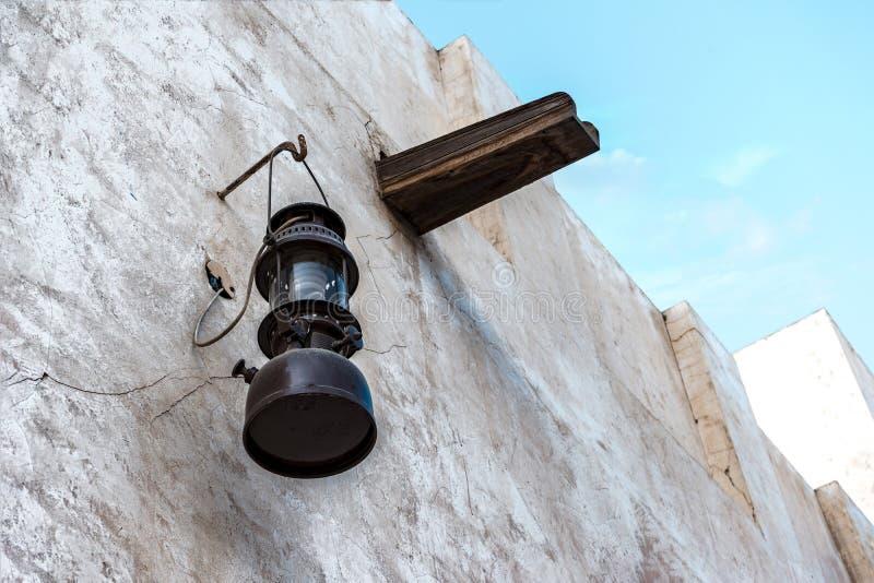 Lámpara de keroseno del vintage en la pared blanca fotos de archivo