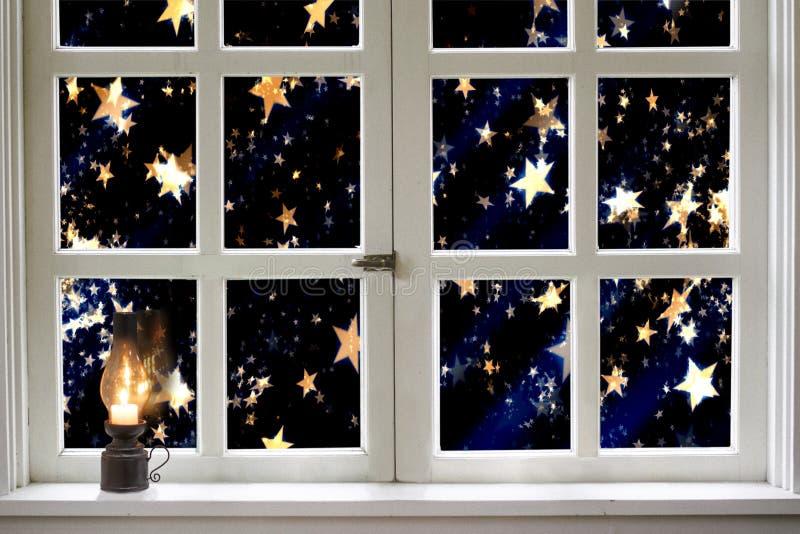 Lámpara de keroseno encendida en la ventana de la noche imágenes de archivo libres de regalías