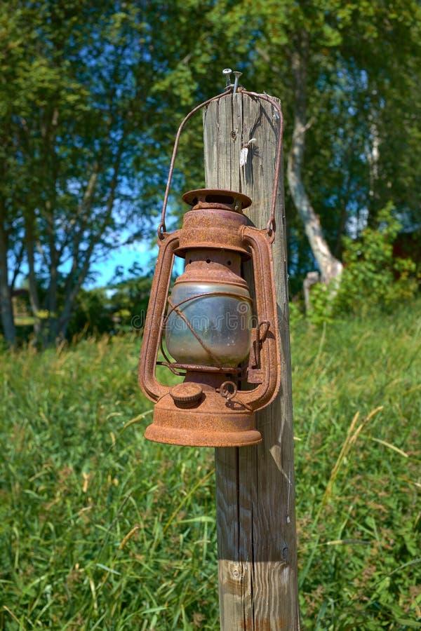 Lámpara de keroseno vieja del gas que cuelga en un polo de madera foto de archivo libre de regalías