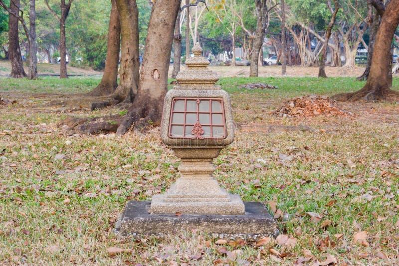 Lámpara de la acera en jardín fotos de archivo