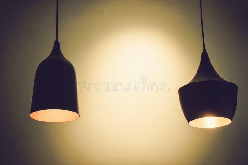 Lámpara de la bombilla dos en la pizarra foto de archivo libre de regalías