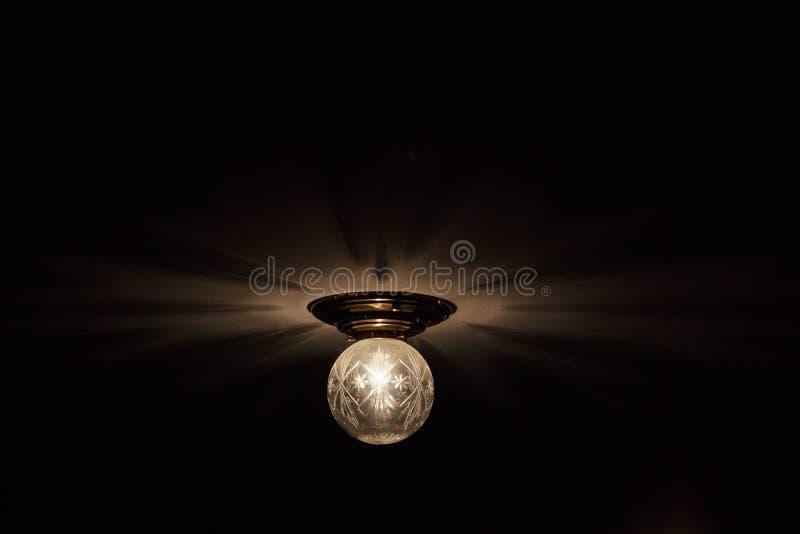 Lámpara de la bombilla en fondo de la pizarra con el espacio de la copia imagen de archivo libre de regalías