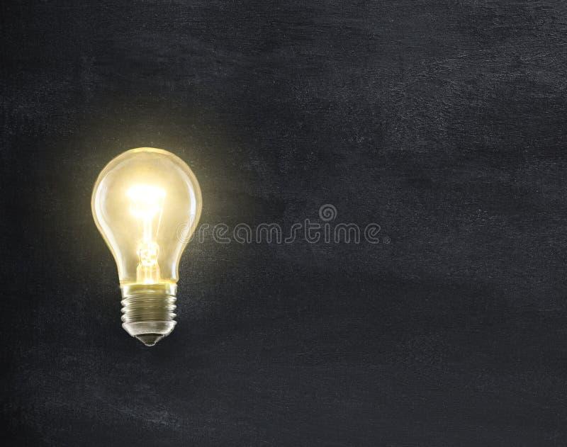 Lámpara de la bombilla en la pizarra foto de archivo