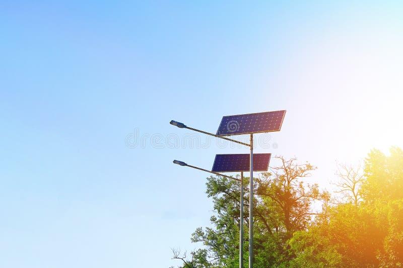 Lámpara de la célula solar en fondo del cielo Energía alternativa del sol Ayuda ligera con la linterna fotos de archivo