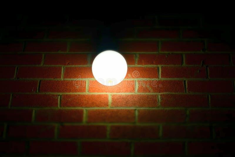 Lámpara de la noche en la pared de ladrillo fotografía de archivo