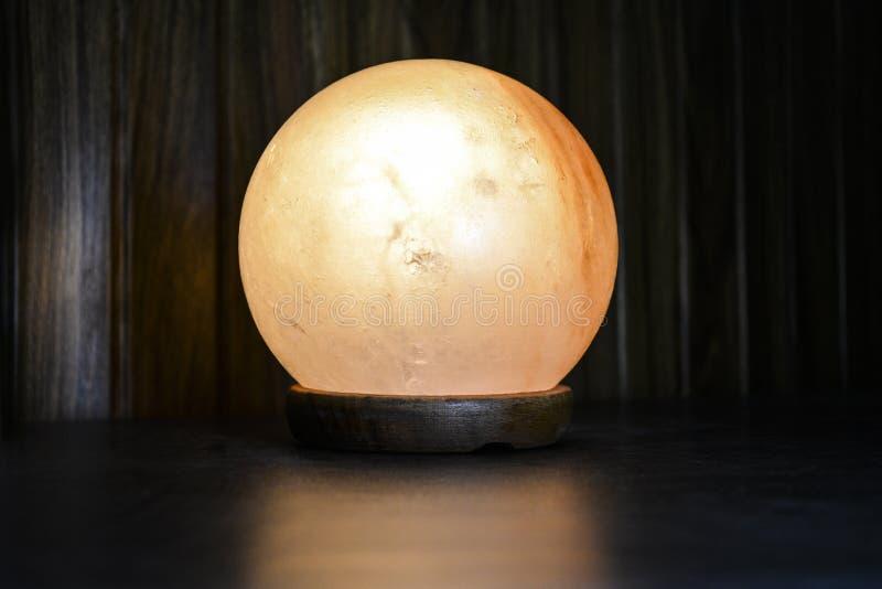 Lámpara de la sal de la bola | Sal Himalayan imagen de archivo
