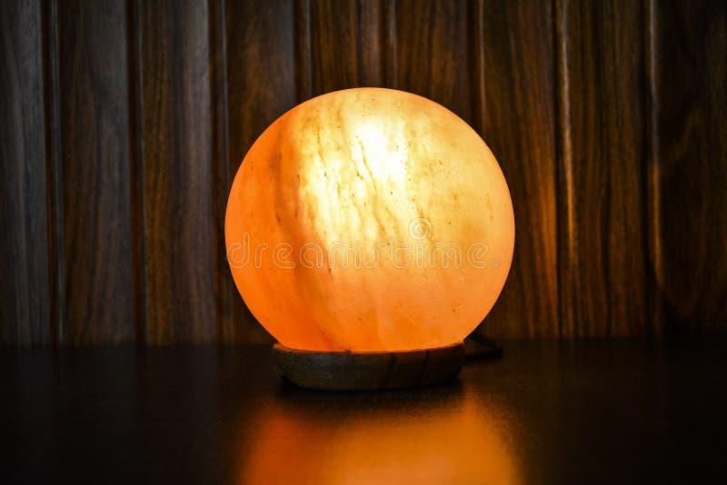 Lámpara de la sal de la bola que brilla intensamente | Sal Himalayan foto de archivo