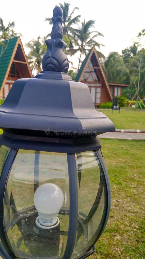 lámpara de las luces del jardín en un alojamiento fotografía de archivo
