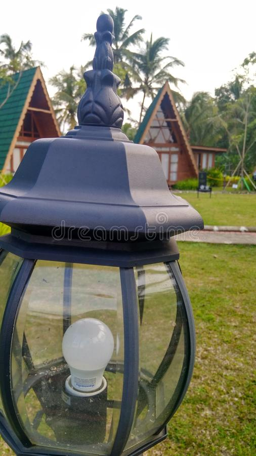 lámpara de las luces del jardín en un alojamiento imágenes de archivo libres de regalías