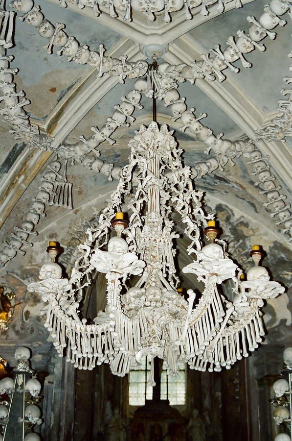 Lámpara de los huesos y de los cráneos de Kutna Hora imagen de archivo libre de regalías