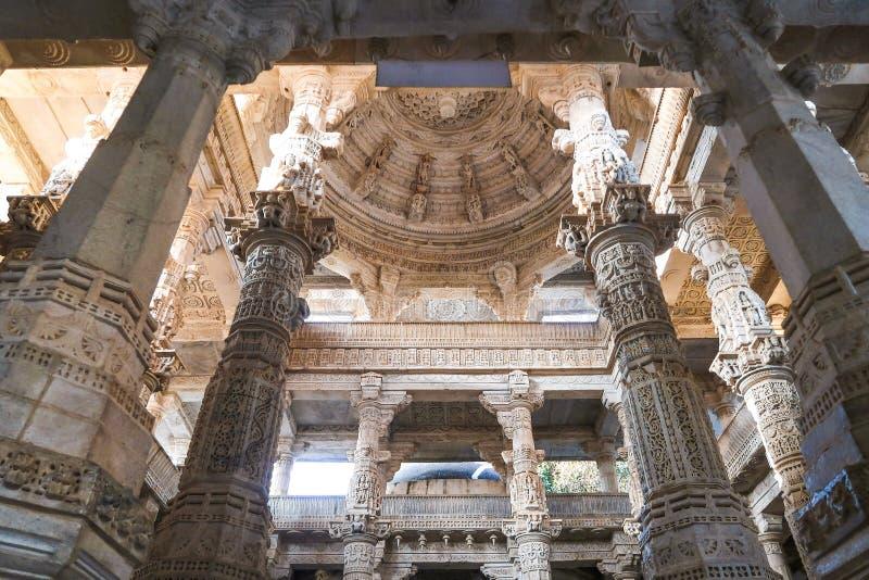 Lámpara de mármol en el templo de Jain Ranakpur, Udaipur, Rajasthan, India imagen de archivo
