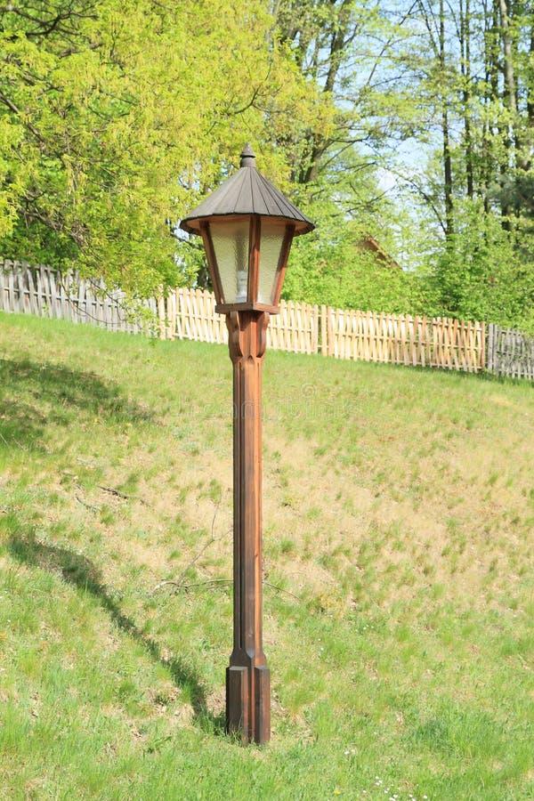 Lámpara de madera en museo al aire libre imagenes de archivo