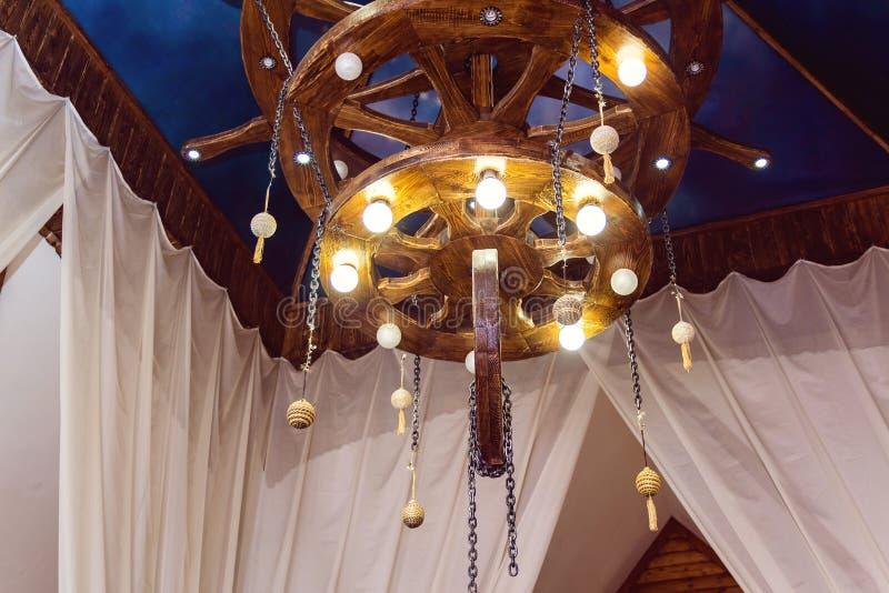 Lámpara de madera grande foto de archivo