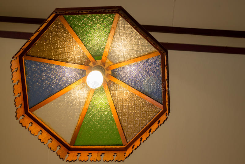 Lámpara de madera tradicional del viejo techo imágenes de archivo libres de regalías