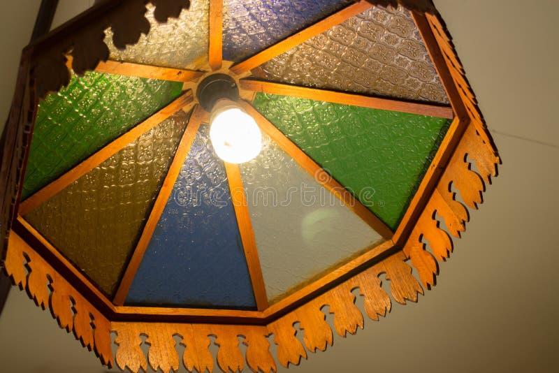 Lámpara de madera tradicional del viejo techo foto de archivo libre de regalías
