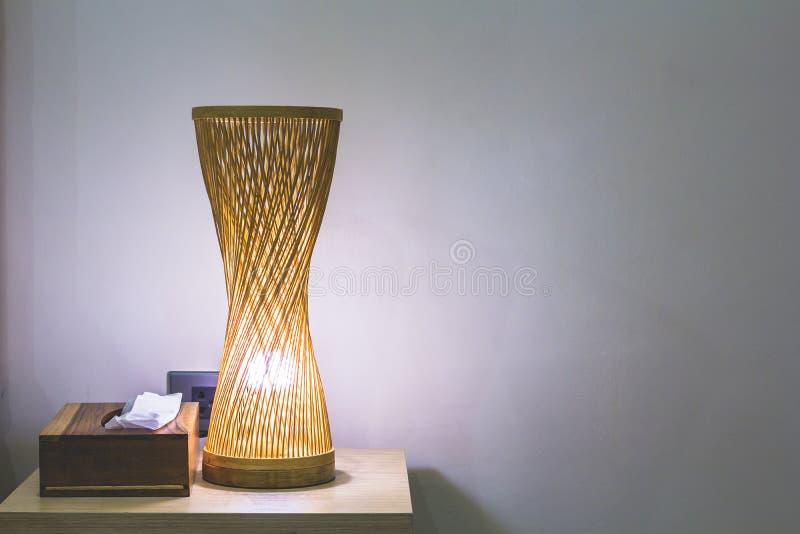 Lámpara de mesa de bambú cerca de la pared foto de archivo libre de regalías