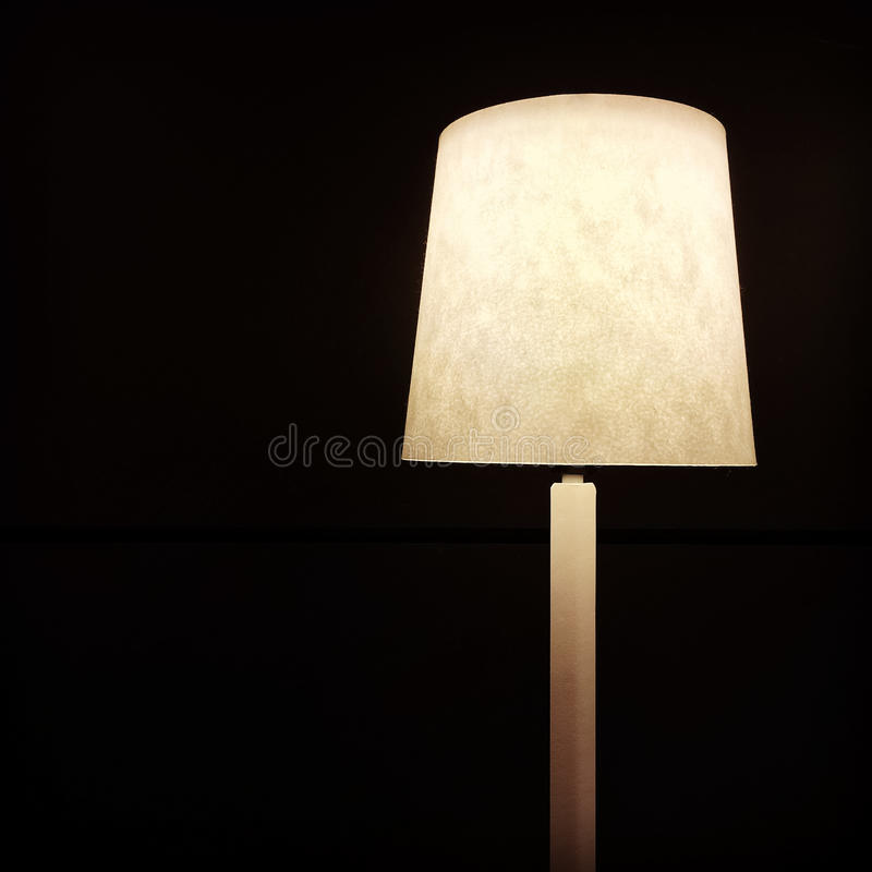 Lámpara de mesa en fondo oscuro imagen de archivo