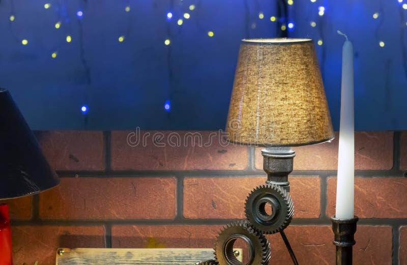 Lámpara de mesa en un estilo moderno en un fondo oscuro imagen de archivo