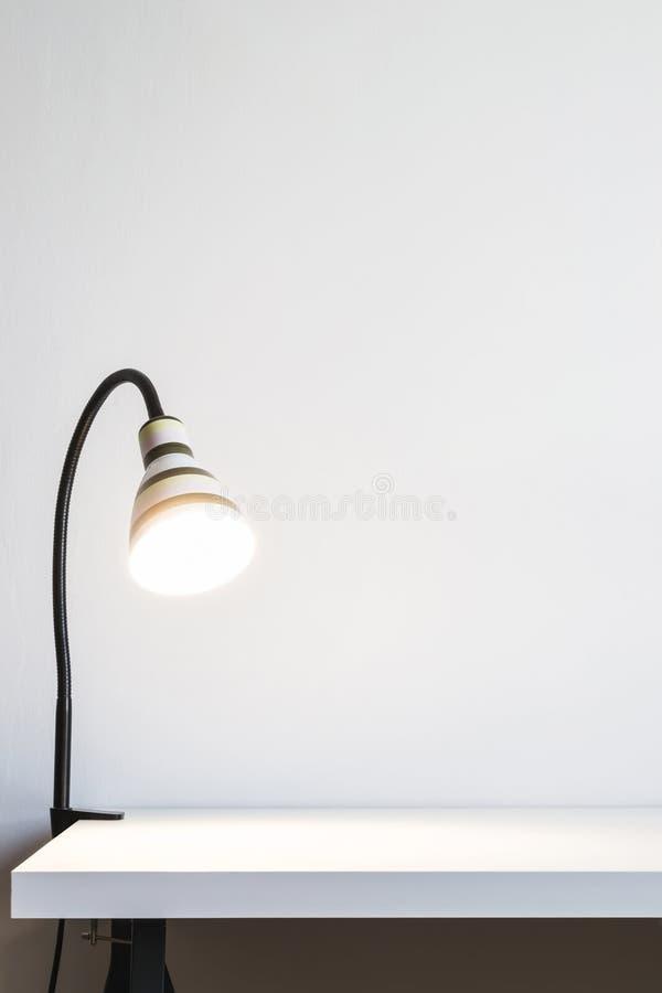 Una Luminosa Tabla Rayada Blanca Lámpara En Pared Blanca nvmN80w