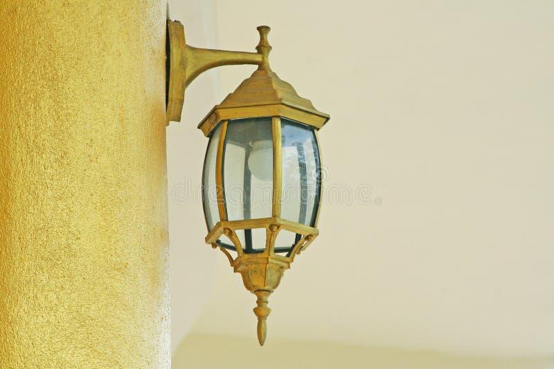 Lámpara de oro en el poste fotografía de archivo libre de regalías