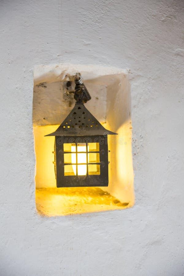 Lámpara, lámpara de pared en un primer amarillo de la pared, vintage, retro fotos de archivo libres de regalías