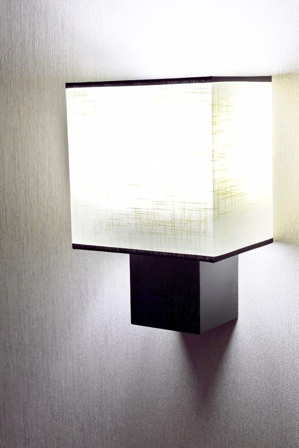 Lámpara de pared moderna en la pared. imagen de archivo