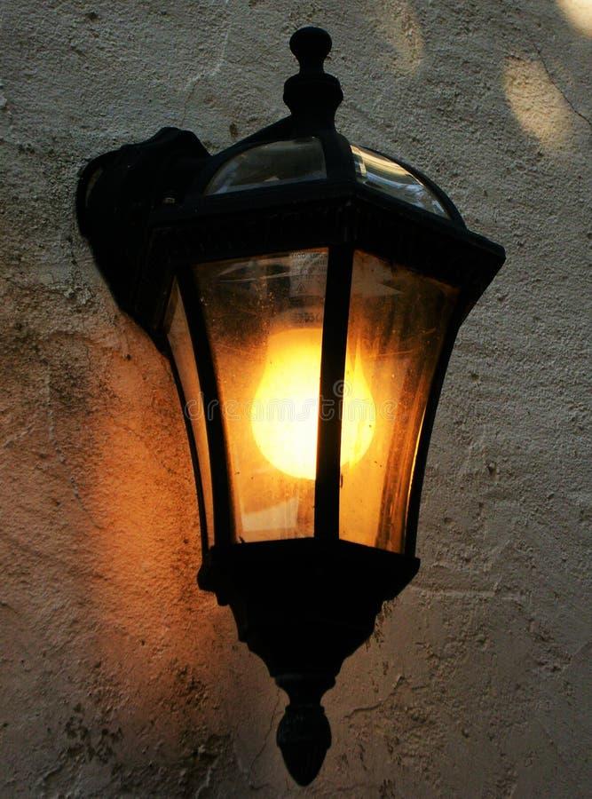 Lámpara de pared retra de la calle con la luz amarillo-naranja foto de archivo