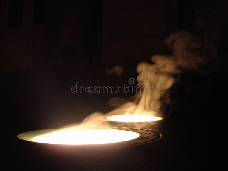 Lámpara de suelo que trata con vapor bajo la lluvia foto de archivo libre de regalías