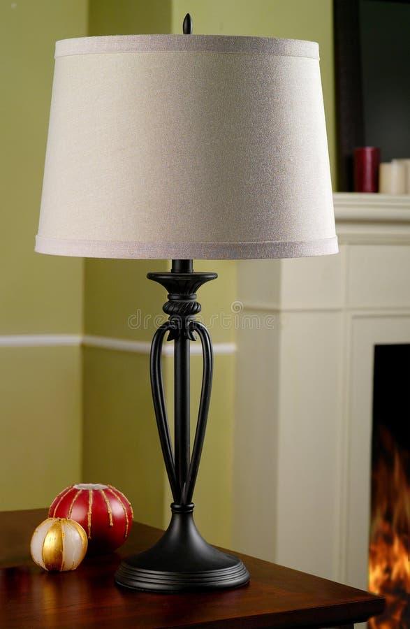 Lámpara de vector al lado de la chimenea foto de archivo