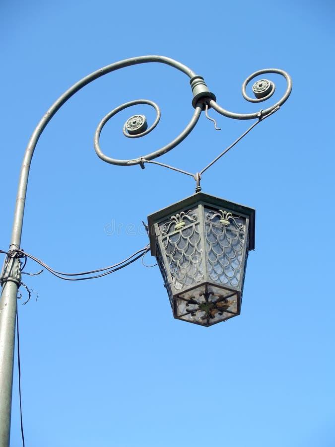 Lámpara decorativa contra la perspectiva del cielo azul St Petersburg fotografía de archivo