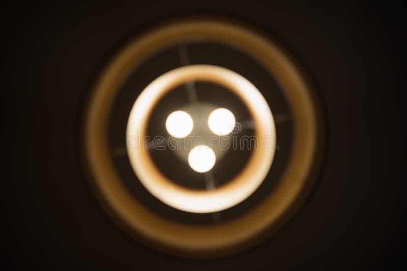 Lámpara del círculo concéntrico de Blured en la noche fotos de archivo