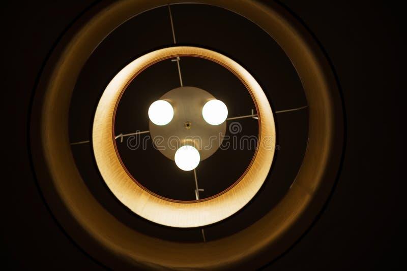 Lámpara del círculo concéntrico en la noche imagen de archivo
