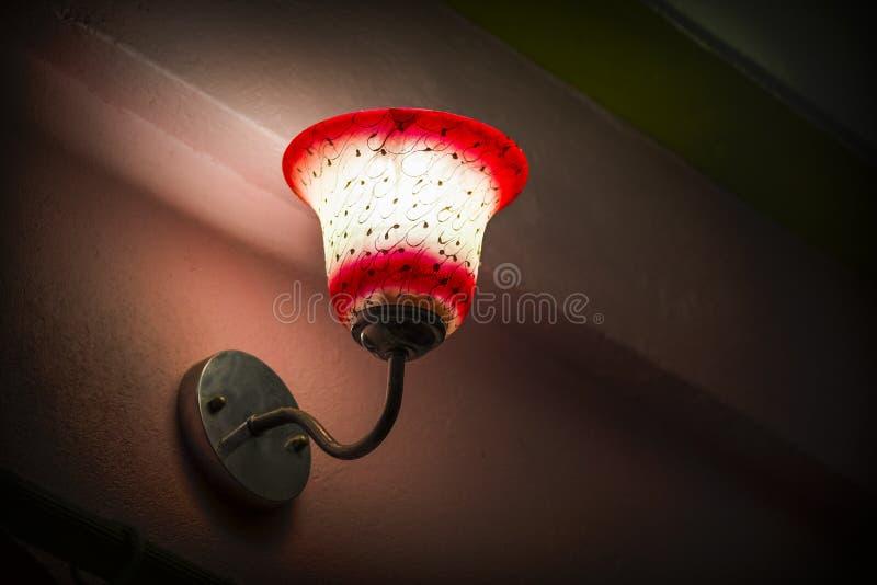Lámpara del dormitorio con la opinión de ángulo bajo de la sombra de lámpara fotografía de archivo libre de regalías