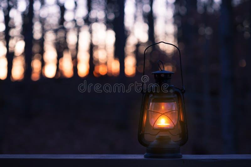 Lámpara del estilo del vintage con una vela en la noche fotos de archivo