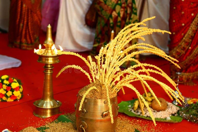 Lámpara del fieltro y configuración propicias del arroz para Hindus foto de archivo