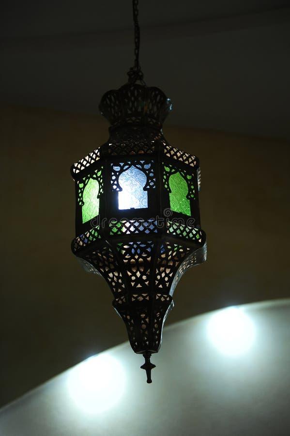 Lámpara del vitral en el techo foto de archivo