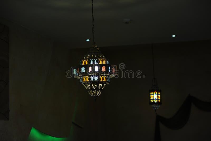 Lámpara del vitral en el techo imagen de archivo