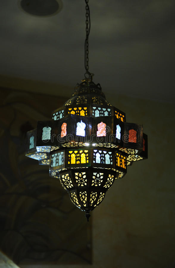 Lámpara del vitral en el techo fotos de archivo