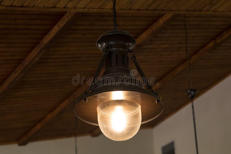 Lámpara del vitral en el techo Lugar para su texto imagen de archivo libre de regalías