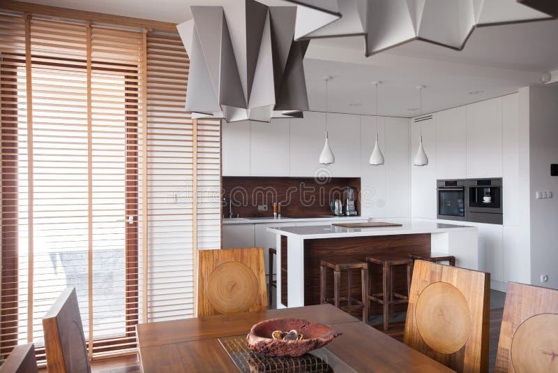 Lámpara diseñada en cocina moderna fotos de archivo