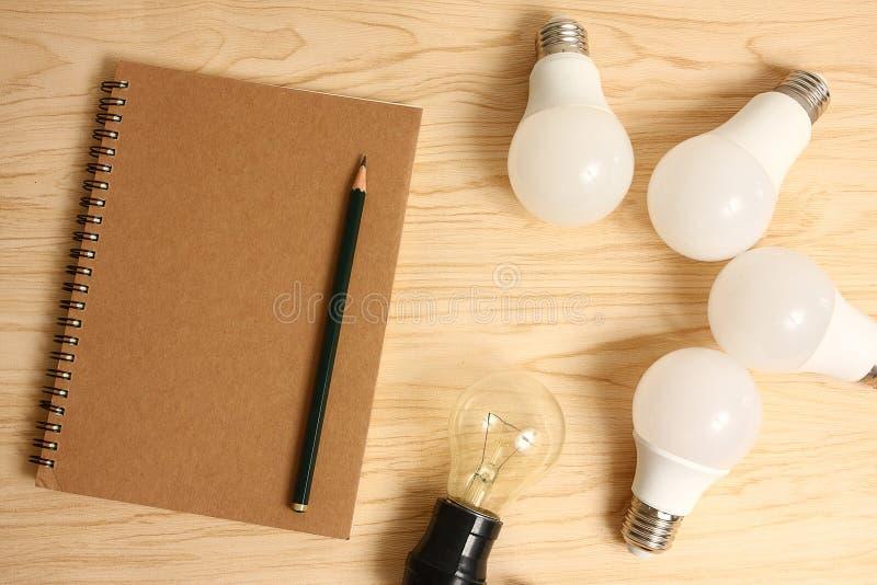 Lámpara eléctrica con el escritorio de madera foto de archivo