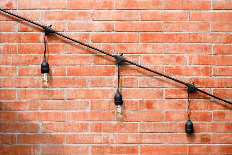 Lámpara en diseño interior de la pared de ladrillo imagen de archivo