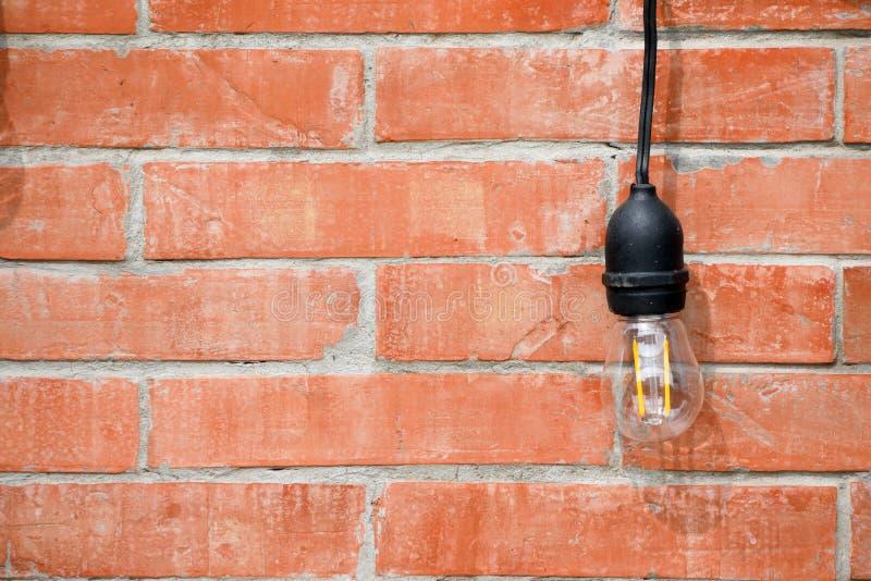 Lámpara en diseño interior de la pared de ladrillo fotos de archivo