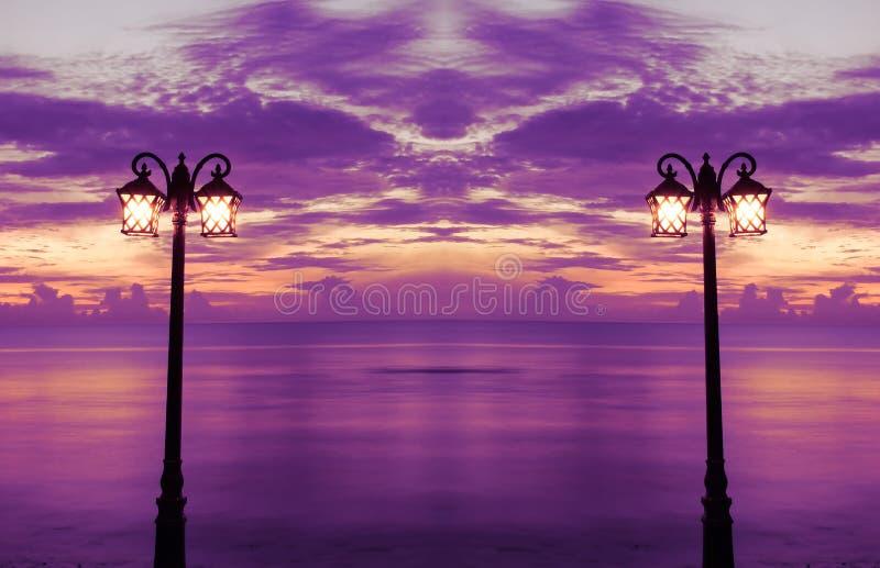 Lámpara en el parque en la playa y la salida del sol imágenes de archivo libres de regalías