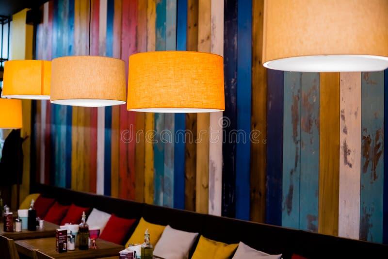 Lámpara en el restaurante Luz caliente anaranjada Lámpara de la iluminación interior del vintage para la decoración del café, det fotografía de archivo