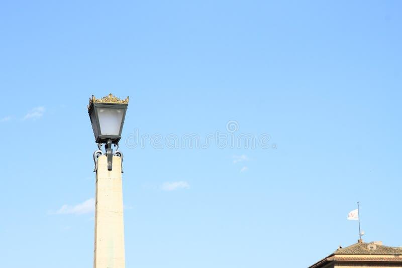 Lámpara en la columna de mármol foto de archivo libre de regalías