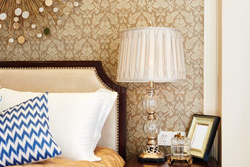 lámpara en la mesita de noche en dormitorio foto de archivo